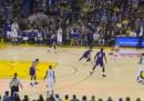 """La """"gara di triple"""" tra Curry e Casspi in una partita di NBA"""