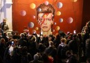 Il singalong dei fan di David Bowie a Brixton - video