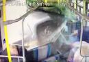 Il video del pickup che entra in un autobus