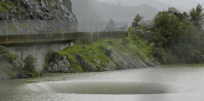 In un lago della california c 39 un grosso buco flashes for Grosso pesce di lago