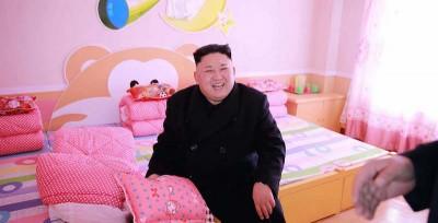 Le foto di Kim Jong-un in un orfanotrofio a Pyongyang