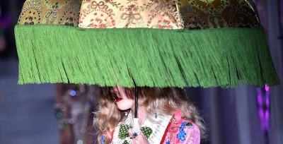 La sfilata di Gucci a Milano, sempre uguale, sempre di successo