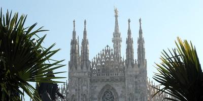 Hanno provato a bruciare le palme di piazza Duomo, a Milano