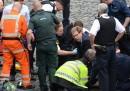Le foto del parlamentare che soccorre il poliziotto accoltellato a Londra