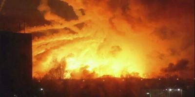 Nell'est dell'Ucraina ventimila persone hanno dovuto abbandonare le proprie case per l'esplosione di un deposito di munizioni