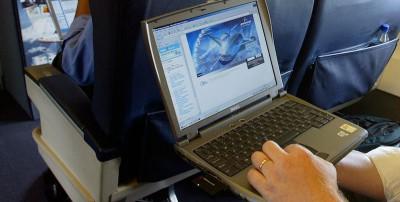 Il divieto di tablet e laptop sugli aerei, spiegato