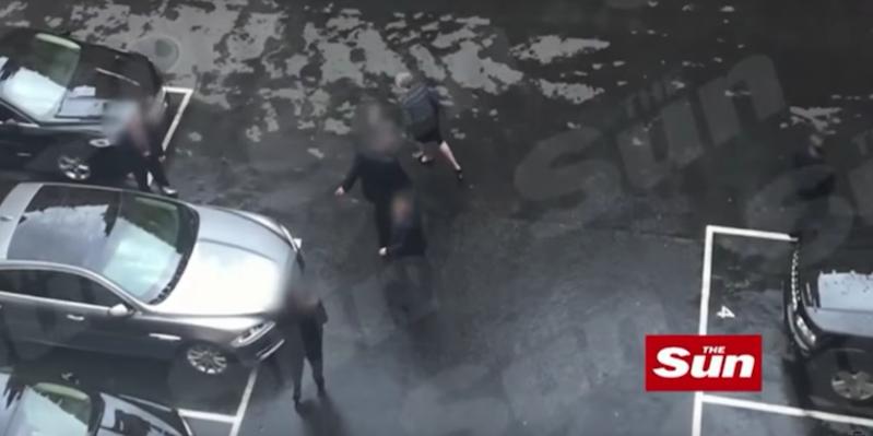 Il video di theresa may che viene portata via dal for Diretta dal parlamento