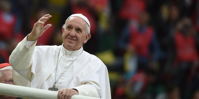 Le foto della visita del papa a milano il post - Papa francesco divano ...