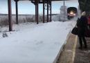 A palle di neve vince il treno (video)