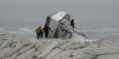 Una barca a vela si è schiantata sugli scogli di Rimini