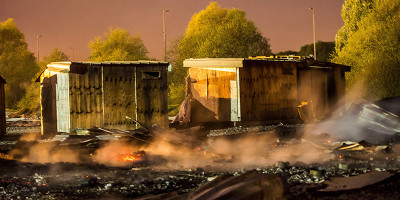 Le foto del grave incendio nel campo per migranti di Grande-Synthe