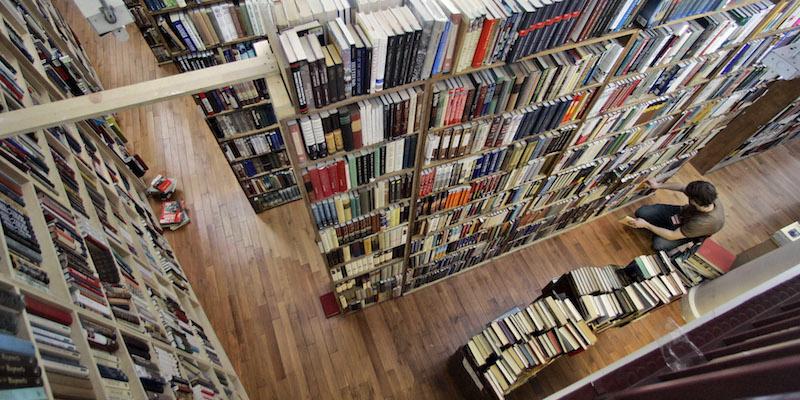 Sistemazione Merce Sugli Scaffali.Le Filosofie Sulla Disposizione Dei Libri Il Post