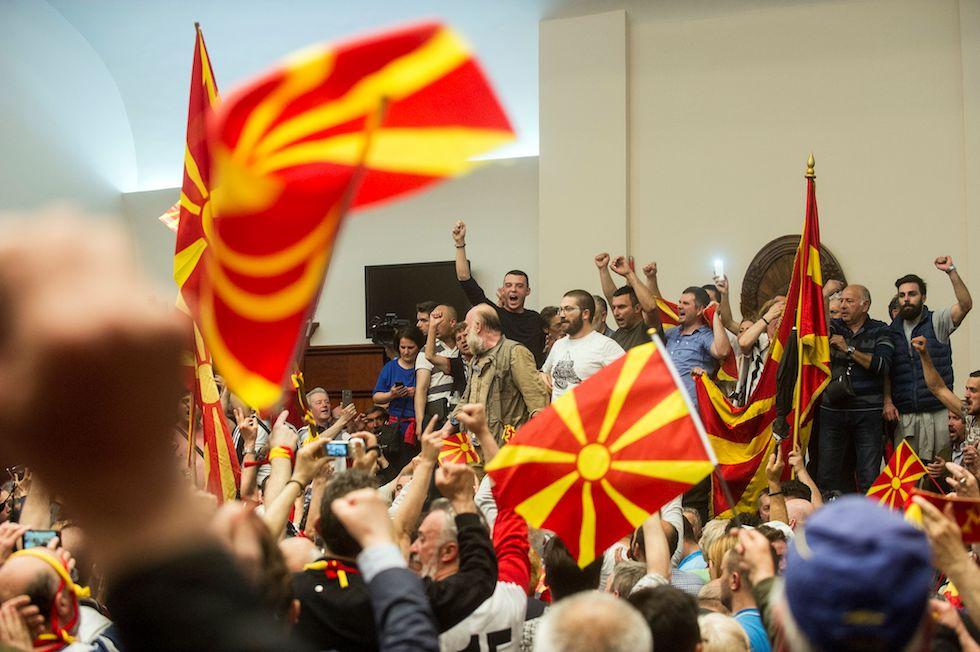 Le foto dell 39 irruzione al parlamento macedone il post for Streaming parlamento