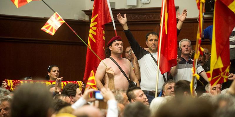 Le foto dell 39 irruzione al parlamento macedone il post for Parlamento ieri