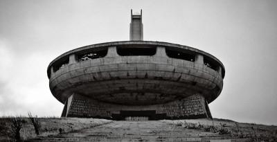 Belle foto di edifici brutalisti e derelitti