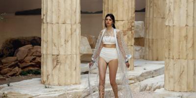 La sfilata di Chanel, in un tempio greco