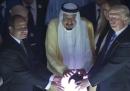 La foto di Trump con la sfera misteriosa