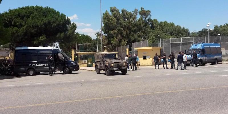 Immigrazione: a Cara S.Anna atteso Salvini, striscioni contro