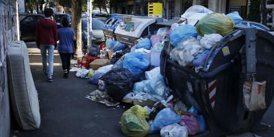 Perché a Roma ci sono di nuovo rifiuti per strada