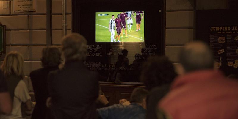 La delusione dei tifosi dopo la sconfitta della Juventus