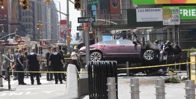 Un'auto ha investito i pedoni a Times Square, a New York