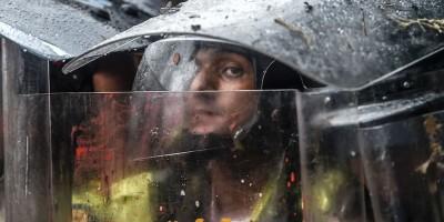 Anche i poliziotti venezuelani di questi tempi non se la passano bene