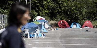 Perché Raggi si lamenta dei migranti a Roma