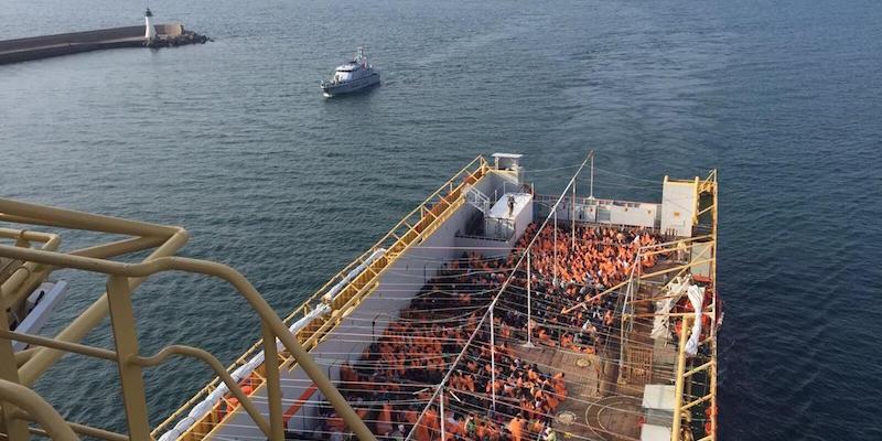 Migranti: giunta a Cagliari nave con 900 profughi
