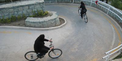 Non è facile essere una donna che va in bici, in Iran
