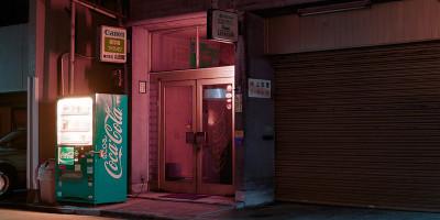 La notte a Tokyo è illuminata dai distributori automatici