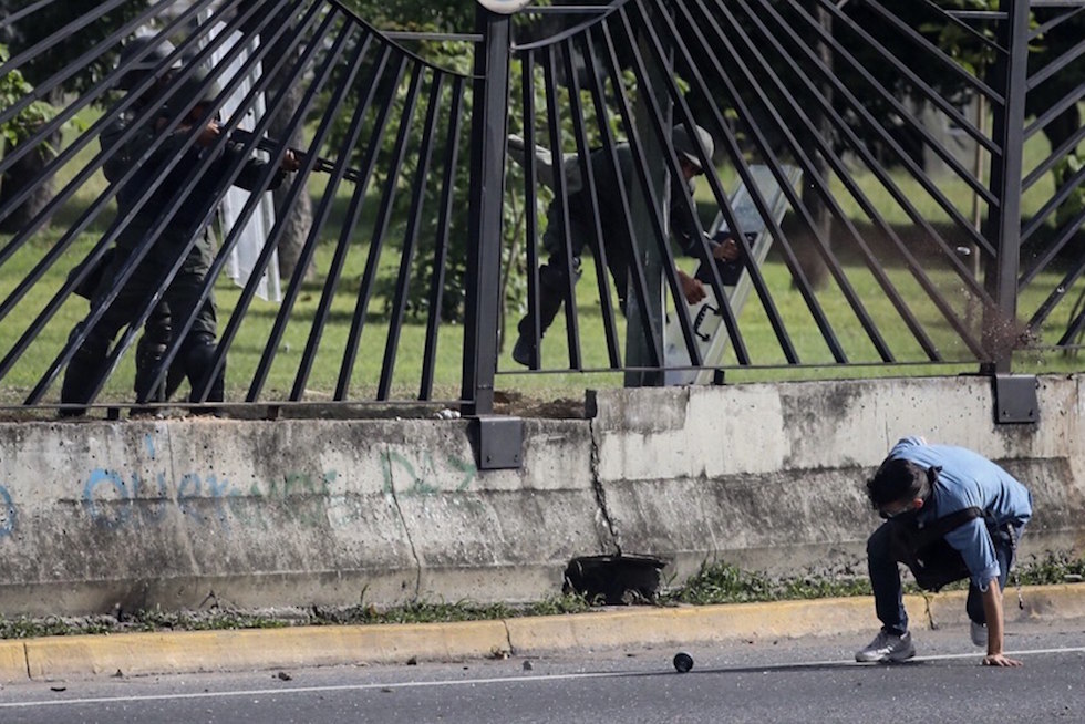 Venezuela, elicottero della polizia bombarda la Corte Suprema