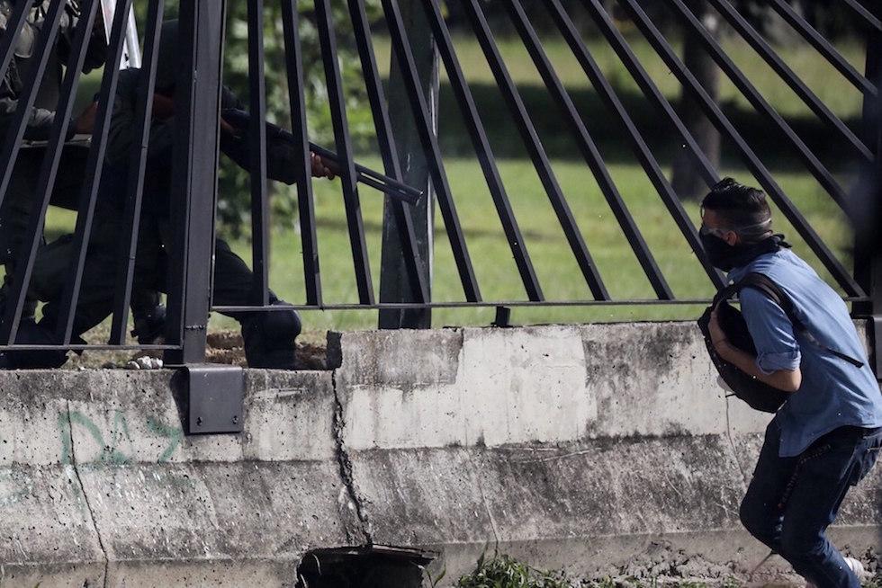 Caracas, elicottero della polizia attacca la Corte suprema: