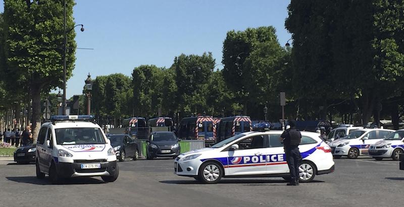Parigi, auto contro camion polizia sugli Champs-Elysées