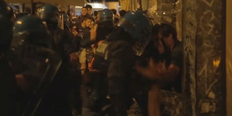 Caos a Torino: pugni a commissaria di polizia, cariche delle forze dell'ordine