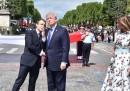 Trump dice che a Macron piace un sacco tenergli la mano