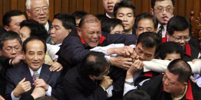 Il violentissimo parlamento di Taiwan