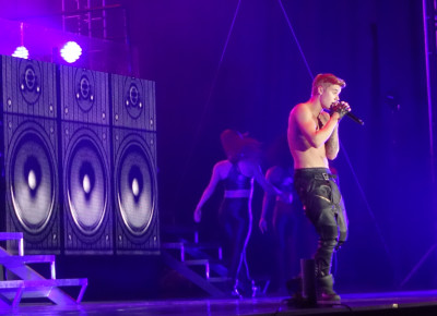 Justin Bieber heats up concert in Dalian