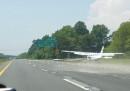 Quei fastidiosi aerei che ti atterrano davanti in autostrada