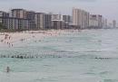 La catena umana che in Florida ha salvato una famiglia in mare