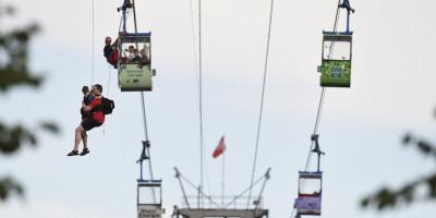 Più di 70 persone sono rimaste bloccate sulla funivia sopra il Reno a Colonia: le foto dei soccorsi