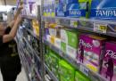 Una grande catena di supermercati britannica non farà più pagare l'IVA sugli assorbenti