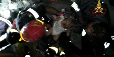 Il video del bambino di 7 mesi salvato dai vigili del fuoco a Ischia