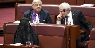 Una parlamentare australiana di estrema destra si è presentata in Senato con un burqa