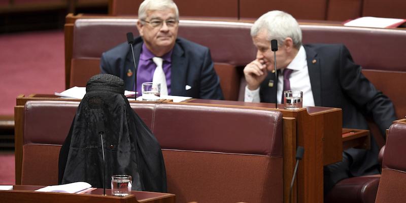 In Australia la senatrice si presenta in Aula col burqa