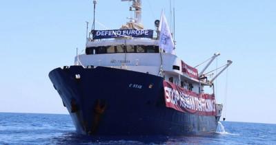 Una nave che soccorre i migranti è stata mandata a soccorrere la nave anti-migranti