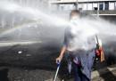 La foto di una rifugiata con una stampella colpita da un idrante a Roma