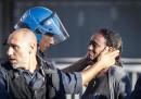 La storia della foto di Roma, quella del poliziotto e della donna eritrea