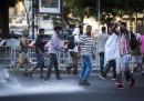 Migranti sgomberati a Roma: bombole contro agenti