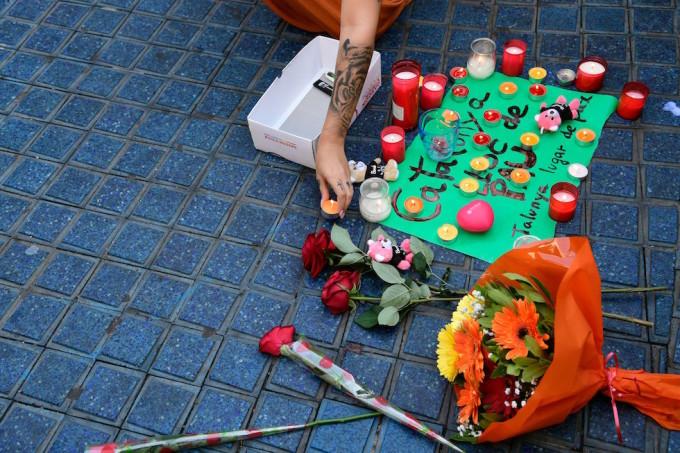 5d7b15fa88 I primi fiori e candele per l'attentato sulla Rambla, a Barcellona (JAVIER  SORIANO/AFP/Getty Images)