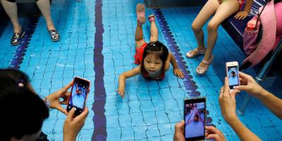 Si fa finta di nuotare, sulla metro di Taipei